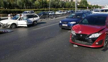 E5'te makas atarak hız yapan gençler zincirleme kazaya neden oldu