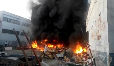 Hurdalık alanda çıkan yangın kumaş fabrikasına sıçramak üzereyken söndürüldü