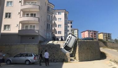İstinat duvarından düşen cip duvarda asılı kaldı: 1 yaralı
