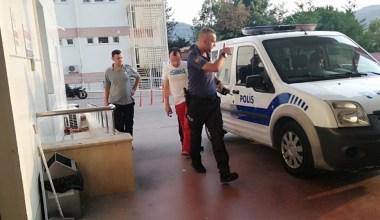 Sokakta iç çamaşırıyla dolaşarak vatandaşı kışkırtan şahsı linç edilmekten polis kurtardı