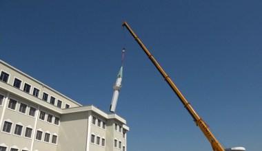 Yapımı devam eden imam hatip lisesinin çatısındaki minare kaldırıldı