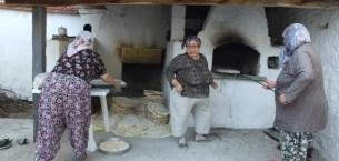 Burhaniye'de kadınların fırında yufka imecesi