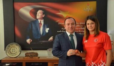 Dünya şampiyonu Habibe'den Milli Eğitim Müdürü Yıldız'a ziyaret