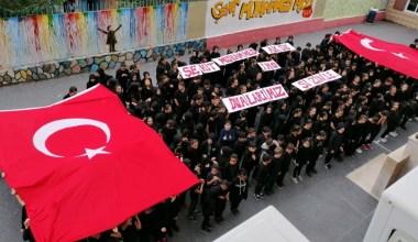 Öğrencilerden Mehmetçik'e marşlı Türk bayraklı destek
