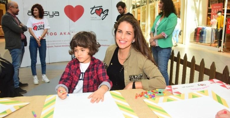 Pınar Altuğ, Aslı Tandoğan, Akasya Asıltürkmen ve Bora Gencer çocuklarla resim yaptı