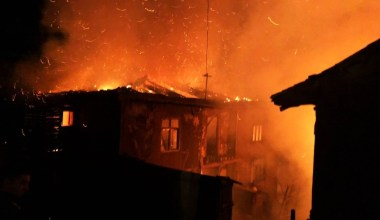 Sakarya'da çıkan yangında iki ev kullanılamaz hale geldi