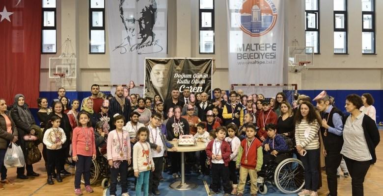 Engelli öğrenciler Ceren Özdemir'i doğum gününde andı