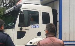 Yolda asılı kalan kamyonun kurtarılması için direksiyon başında bekledi