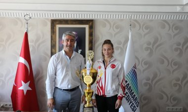 Şampiyon İlknur Kurt kupasını Mehmet Oktay'a getirdi
