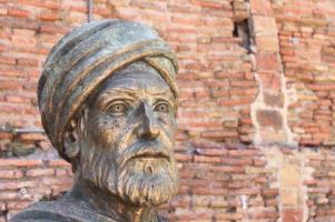 02-69088-bejaia-statue-de-ibn-khaldoun