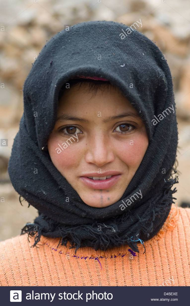 berber-girl-with-a-facial-tattoo-on-her-chin-and-a-black-headscarf-D45EXE