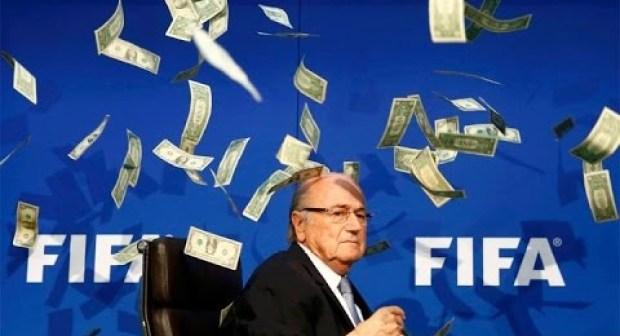 """بلاتر يتعرض لأسوأ إهانة في حياته من طرف فنان كوميدي رماه بـ """"الدولار"""" بسبب رشاوي الفيفا"""