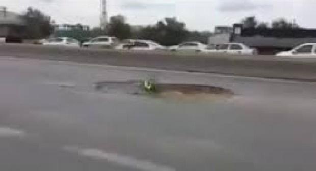 فيديو: انقلاب شاحنة بسبب حفرة بالطريق السيار