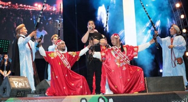 """بالفيديو: الشاب قادر يتألق في مهرجان وجدة ويعود به إلى زمن """"الراي"""" الذهبي"""