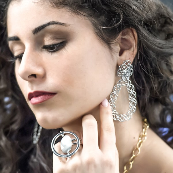 Ring and drop earrings in white gold
