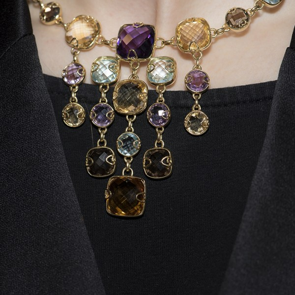 Necklace in yellow gold with stones