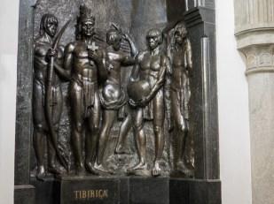 En la CRIPTA SUBTERRÁNEA DE LA CATEDRAL METROPOLITANA se encuentra enterrado Tibiriçá, jefe de la tribu de los guaianases. Cuando los jesuitas comenzaron a evangelizar por esta región y fundaron la villa de São Paulo de Piratininga, varias tribus locales habitaban la zona. Tibiriçá, su líder, simpatizaba con los jesuitas y fue el primer jefe indígena en convertirse al cristianismo. Fue él quien decidió donde se levantaría la primera iglesia de la futura selva de piedra. Aquel templo se encontraba en el mismo lugar donde ahora se alza la catedral.
