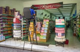 En una perfumería del centro de São Paulo trabaja este vigilante, que desde la altura controla la tienda para que nadie se lleve nada sin pasar por caja.