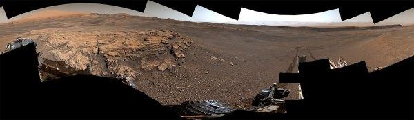 """Dieses 360-Grad-Panorama eines Ortes namens """"Teal Ridge"""" wurde am 18. Juni 2019, dem 2440. Mars-Tag oder Sol der Mission, auf dem Mars von der Mastkamera (Mastcam) auf dem NASA-Rover """"Curiosity"""" aufgenommen."""