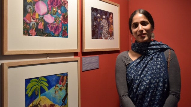 Amruta Patil devant ses planches à l'exposition de la Maison des auteurs.
