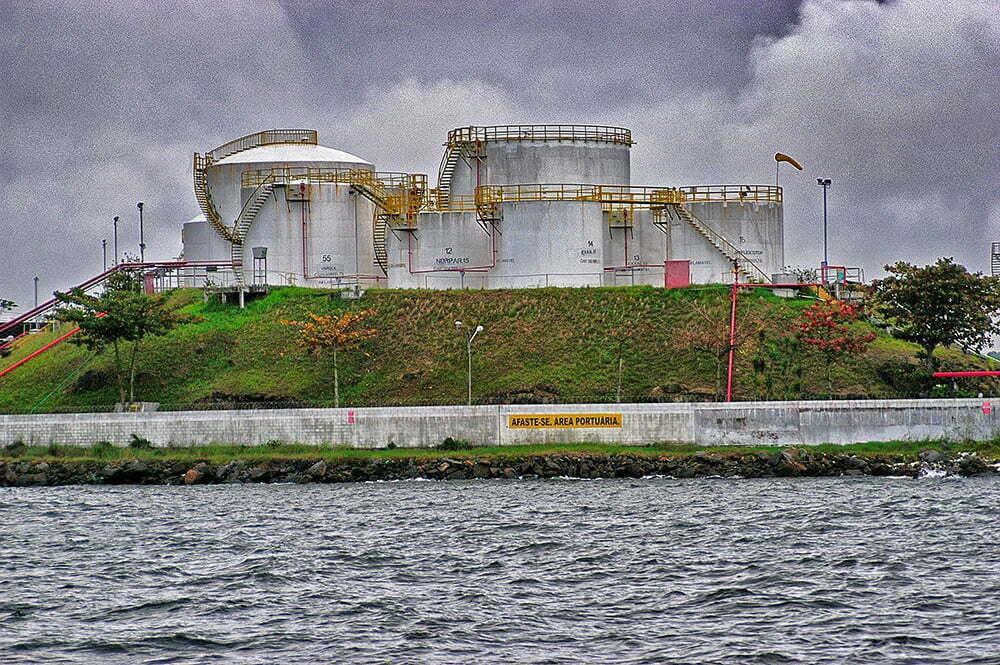 Colapso dos rios brasileiros, imagem da refinaria da baía de Guanabara