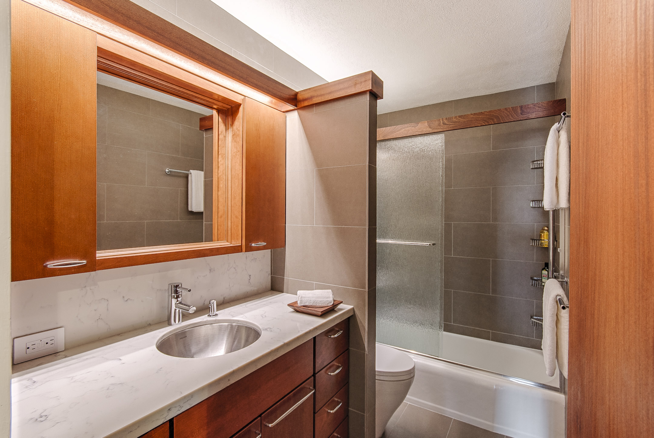 Downtown honolulu apartment renovation marshall design for Bath remodel honolulu