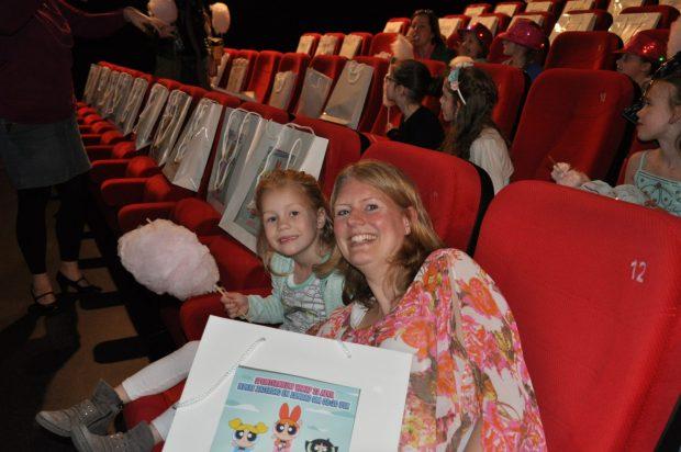 Daar zaten we dan met onze goodiebags en suikerspin! Foto: Fleur van Mama's Liefste