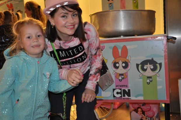 Op de foto met Jenny Lena, die de introsong van de Powerpuff Girls heeft ingezongen. Wat had ze een gaaf Powerpuff handtasje trouwens, superleuk!