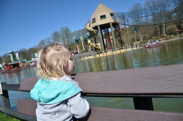 Kijken naar het speeleiland en de waterfietsen.