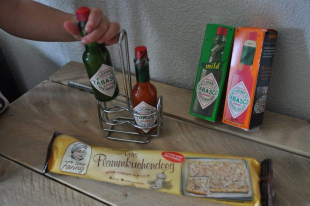 Tabasco in groen en rood. De groene variant is iets milder. En er zat een schattig rekje voor deze flesjes bij, mijn kookgekke jongste dochter demonstreert even hoe dit werkt. En Flammkuchendeeg van Tante Fanny, jum!