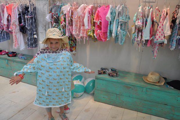 UV Fashions heeft weer volop leuke bad- en strandkleding. Wij vielen voor deze aqueblauwe tuniek met gouden print.