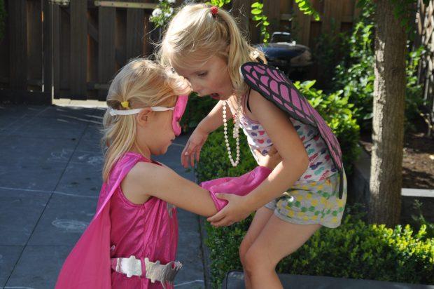 Batgirl helpt het vlindermeisje in nood.