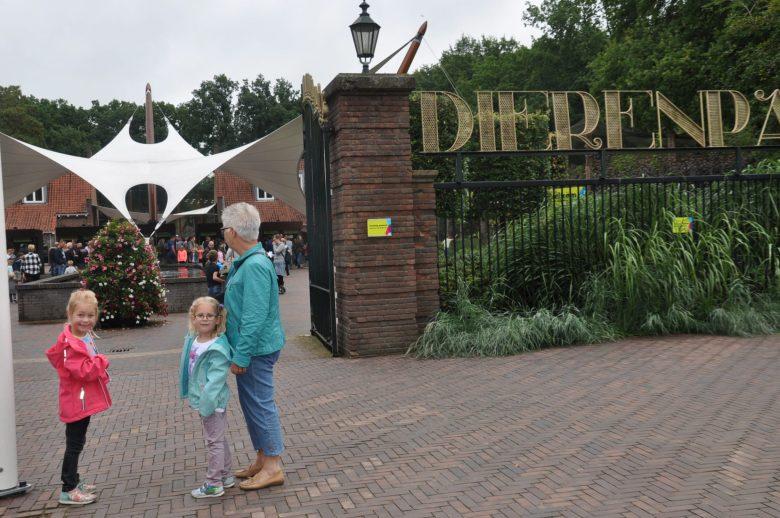 Flinke rijen bij de ingang van Ouwehands Dierenpark.