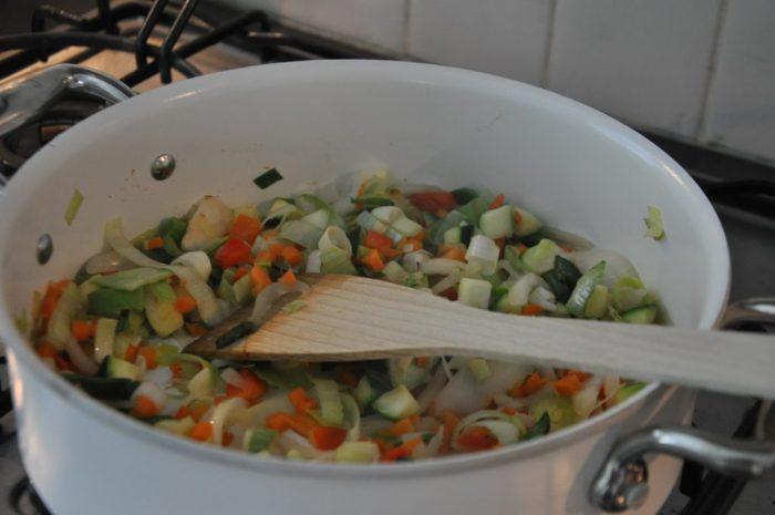 home made saus in de pan