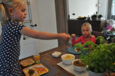 Beetje verse basilicum over de pasta: jummie!