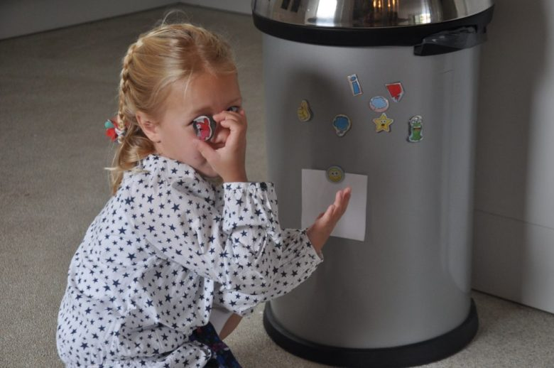 Wat staan de magneetjes vrolijk op de prullenbak :-)
