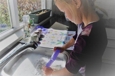 kind aan de afwas