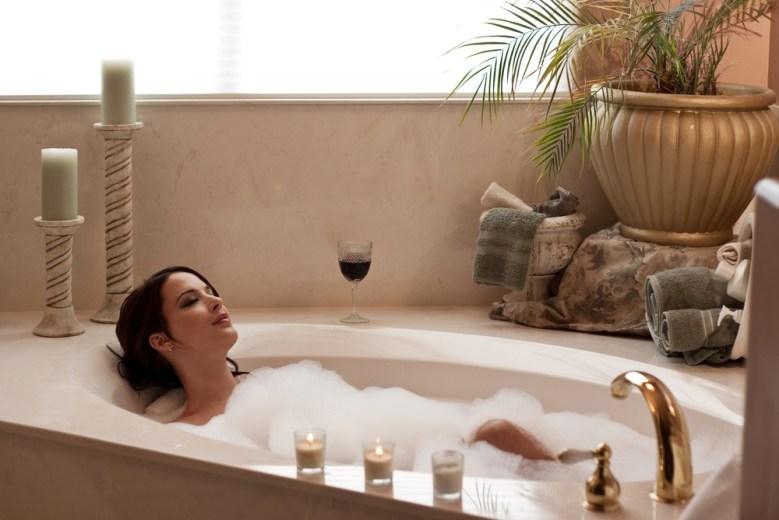 vrouw in bad relaxen
