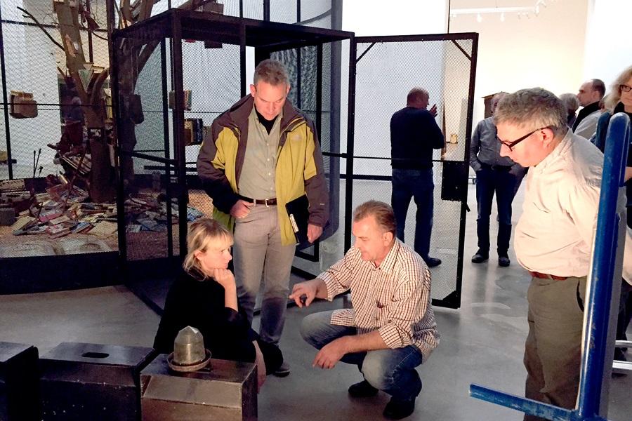 Kuratorin Frederike Fast, Dr. Boesing vom Veterinäramt, Herr Bachert und der Künstler Mark Dion bei der Beratung.