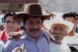Alberto Patishtan con su abuelo, después de 13 años