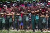 Cientos de milicianos zapatistas, desarmados y con el ojo derecho cubierto con un parche, portan listón rosa a la altura del corazón y uno negro en el brazo durante toda la ceremonia.