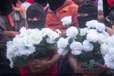 Llegan coronas de flores blancas, crisantemos y rosas desde varios puntos de Chiapas que se colocaron el la tumba de Galeano, en el pueblo de La Realidad, a unos metros fuera del caracol
