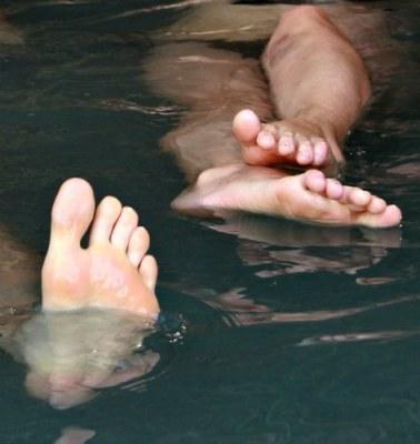 Мертве море, ноги