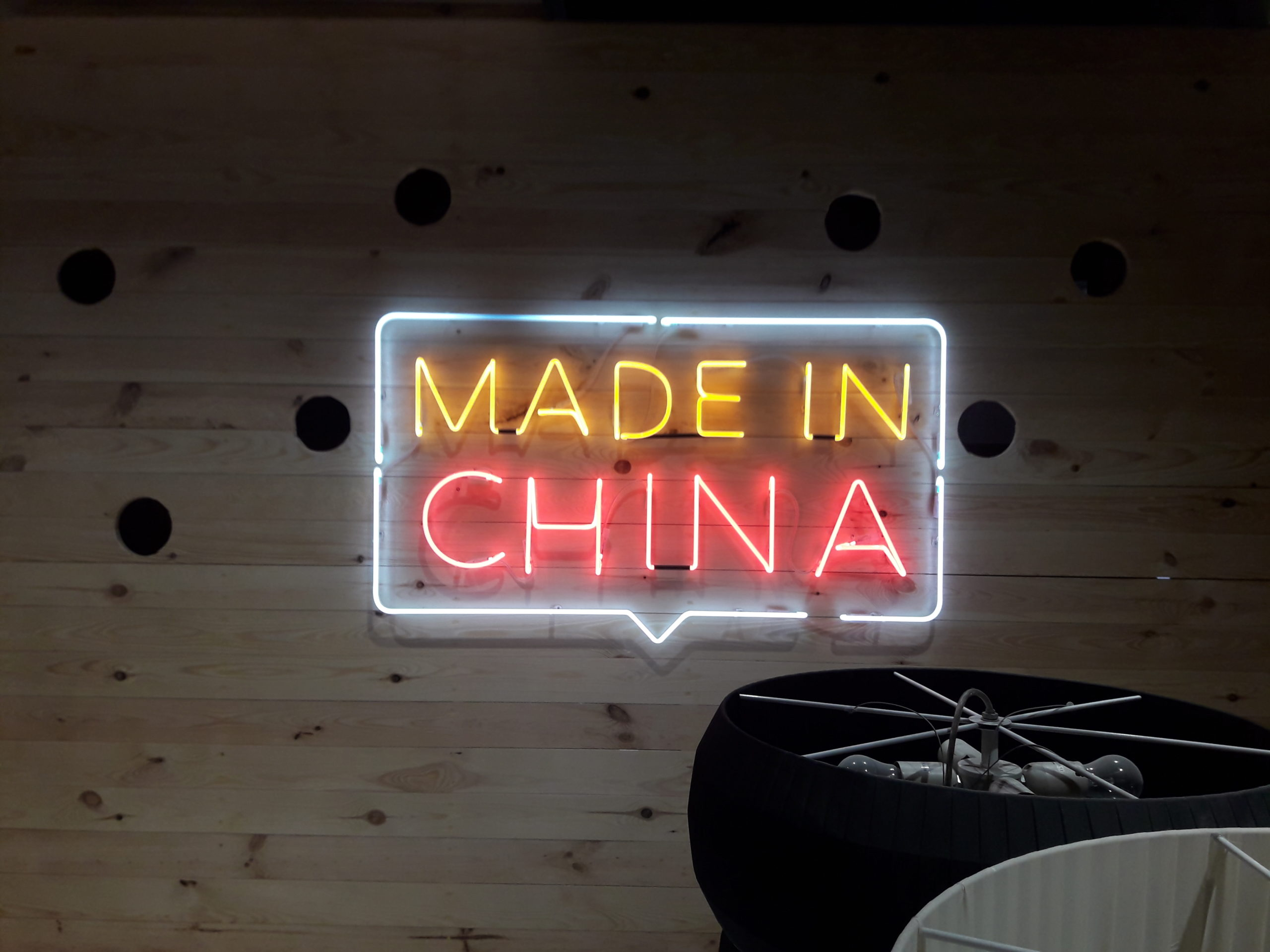 Неоновый логотип «Made in China»