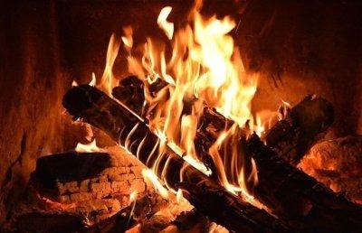 Fuego de la chimenea de los suegros
