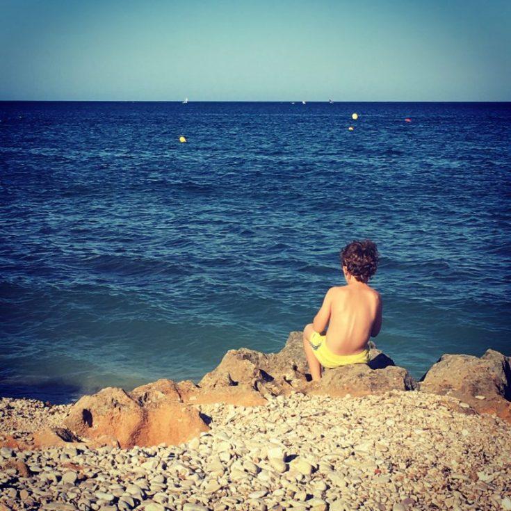 Niño mirando el mar en Dénia