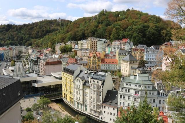 Karlovy Vary jsou známé hlavně Becherovkou a lázeňskými oplatkami. Obojí tu seženete prakticky na každém kroku.