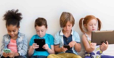 Bambini che usano tecnologia e dispositivi mobili