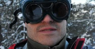 Martin med svetsglasögon för att observera solförmörkelsen