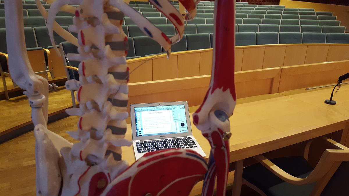 Förbereder föreläsning på Karolinska
